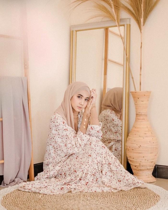 Richa Etika Ulhaq alias @richaeu juga merupakan hijaber asal Malang yang sukses menjadi influencer dengan ratusan ribu pengikut di Instagram. Kepandaiannya memadu padankan outfit dengan gaya yang chic dan feminin membuat wanita cantik ini banyak menjadi inspirasi bagi para hijaber Tanah Air. Namun selain cantik dan punya gaya fashion yang modis, Richa juga dikenal cerdas, lho. Ia diketahui telah menyelesaikan studi pascasarjana di Taiwan setelah sebelumnya menempuh S1 di Universitas Brawijaya Malang. (Foto: instagram.com/richaeu)