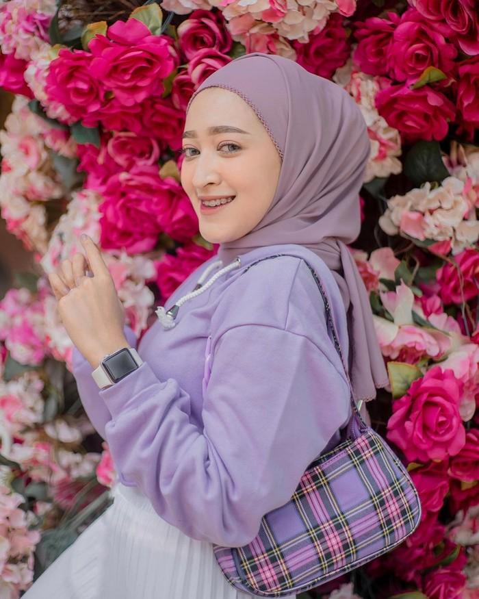 Influencer hijab Seviq Rahma Febinita juga memiliki gaya yang tak kalah modis dan kekinian hingga banyak disontek oleh para hijabers muda. Berdomisili di Malang, wanita yang lekat dengan gaya femininnya ini juga ternyata bersahabat dengan influencer Richaeu dan Meiraniap! Ketiganya sering terlihat mengunggah momen kebersamaan mereka dalam akun instagram masing-masing. (Foto: instagram.com/seviqfebinita)