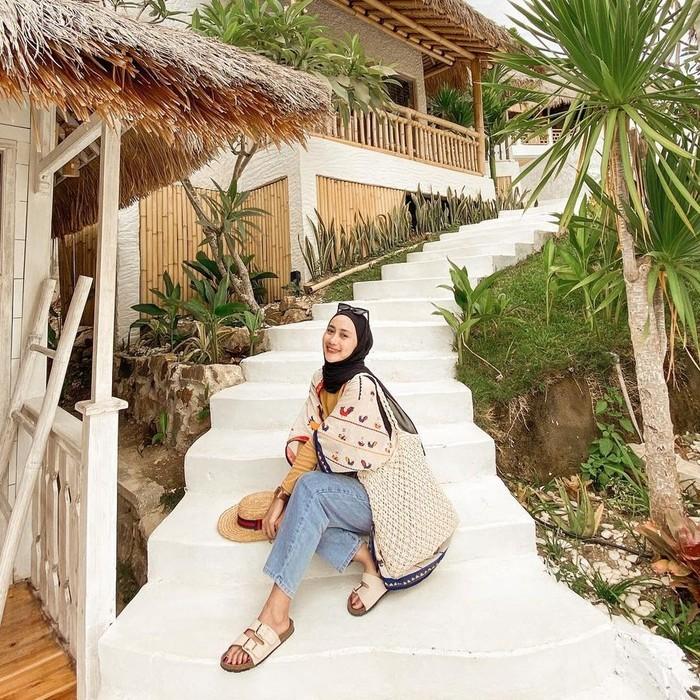 Terakhir, ada influencer Yulia Wijayanti yang gemar memberikan inspirasi gaya fashion kasual melalui instagram pribadinya. Hijabers lulusan Universitas Muhammadiyah Malang ini memang memiliki hobi travelling sehingga gaya hijab yang kasual dan simpel menjadi andalannya dalam berbagai kesempatan. Meski begitu, ia tetap pandai memadu padankan outfit-nya agar tak terkesan monoton, lho. Kece banget! (Foto: instagram.com/yuliawijayantii)