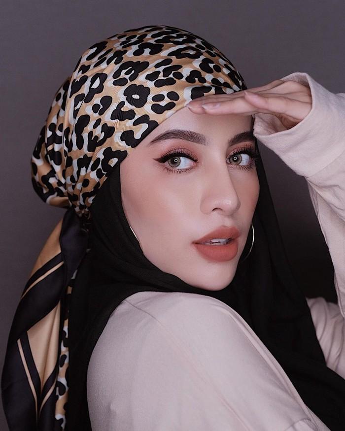 Bagi hijaber yang kerap berselancar di Instagram, tentu sudah tidak asing dengan sosok influencer Aghnia Punjabi. Wanita asal Malang yang memiliki darah India ini termasuk salah satu influencer hijab paling populer di Tanah Air. Ia kerap membagikan inspirasi seputar lifestyle, makeup hingga OOTD yang stylish dan kekinian. (Foto: instagram.com/aghniapunjabi)