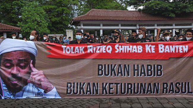 Sebelumnya, berbagai kelompok menggelar aksi menolak kedatangan petinggi FPI Rizieq Shihab di beberapa daerah.