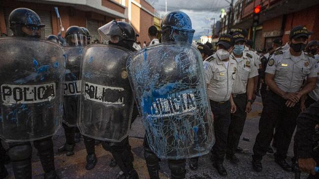 Para pengunjuk rasa membakar sebagian gedung Kongres Republik Guatemala pada hari Sabtu (21/11), setelah RUU anggaran memicu demonstrasi anti-pemerintah.