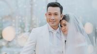 <p>Di hari bahagia tersebut, Denny Sumargo dan Olivia Allan tampak serasi dalam balutan setelan berwarna putih yang senada.(Foto: Instagram @sumargodenny.dll)</p>