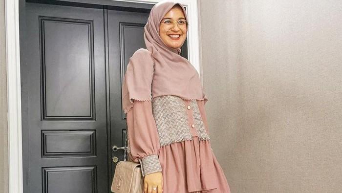 Inspirasi Outfit Hijab Santun Tapi Modis ala Shireen Sungkar