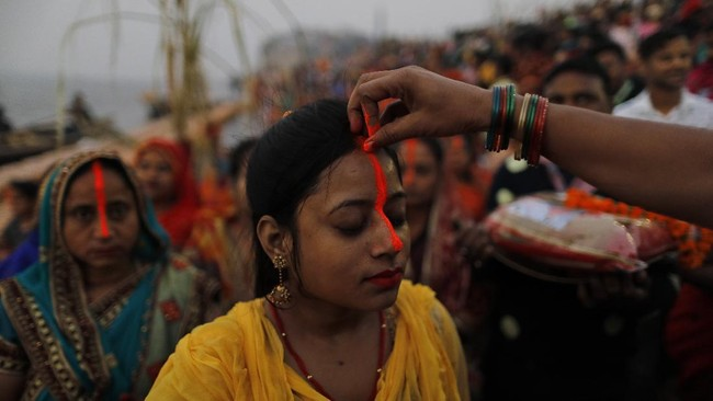 Di tengah jumlah total kasus Covid-19 telah melampaui 9 juta orang, India tetap merayakan festival Chhath Puja.