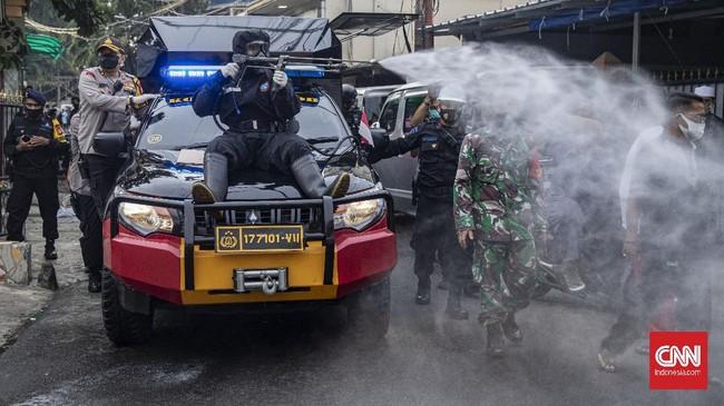 Polda Metro Jaya menggelar penyemprotan keliling di sekitar Markas FPI, Petamburan, Jakarta. Warga di gang rumah Rizieq Shihab menolak disemprot polisi.