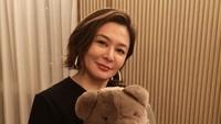 <p>Meski sudah menginjak usia 58 tahun, wanita yang pernah dekat denganAndy Lau ini masih memiliki paras yang memesona lho, Bunda. (Foto: Instagram @rosamundkwan)</p>