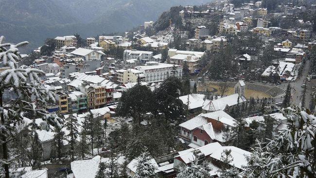 Musim dingin di Sa Pa di mulai pada bulan November hingga April. Salju biasanya turun pada bulan Desember hingga Januari.