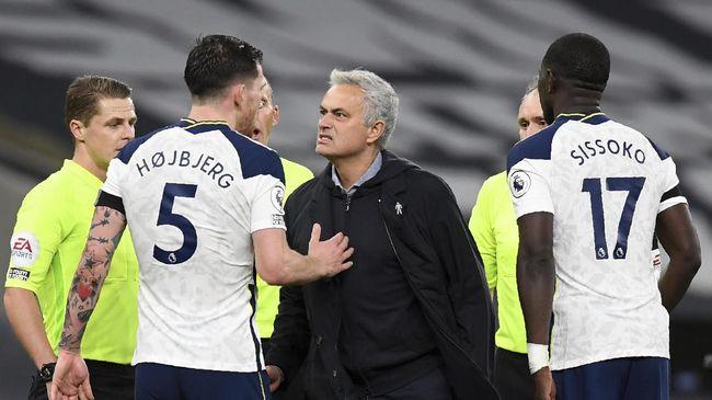 Pelatih Tottenham Hotspur Jose Mourinho membalas sindiran gelandang Arsenal, Mesut Ozil yang terkesan menyudutkan timnya.