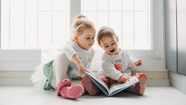Orangtua berbagi dilema yang sama mengenai alat membaca untuk anak-anak mereka: mana yang lebih baik, e-book atau buku cetak?