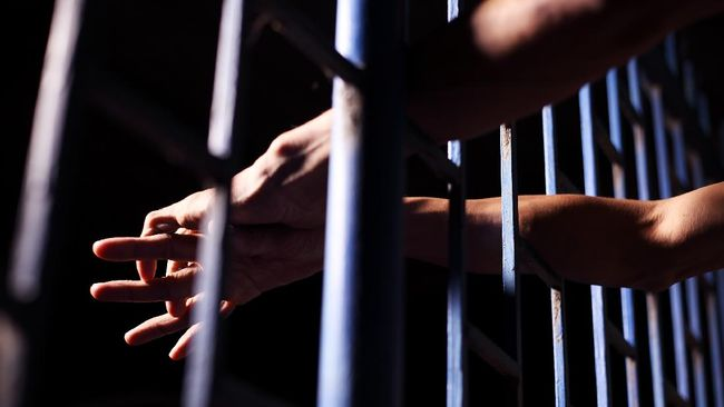 Mardani Hamdan, Satpol PP Gowa ditahan oleh Polres Gowa usai ditetapkan sebagai tersangka pemukulan suami-istri pemilik warung kopi.