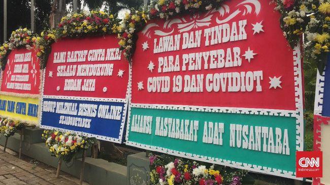 Sekretaris Jenderal AMAN, Rukka Simbolinggi menyebut pihaknya tak pernah mengirim karangan bunga yang berisi dukungan ke TNI-Polri ke Kodam Jaya.