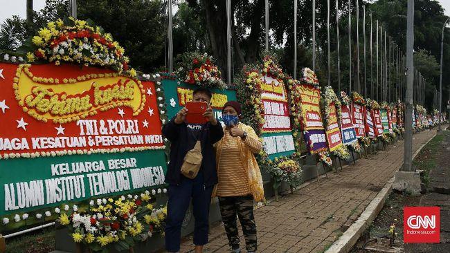 Setelah Pangdam Jaya Mayjen TNI Dudung Abdurrachman bersikap terhadap FPI, Markas Kodam Jaya dibanjiri karangan bunga yang tak jelas siapa pemesannya.