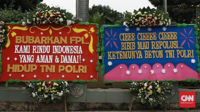 Karangan bunga warna-warni berjejer di pagar Markas Kodam Jaya, Jakarta Timur, berisi pesan dukungan kepada TNI.