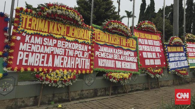PA 212 sanksi di tengah pandemi virus corona yang membuat ekonomi lesu, rakyat sukarela mengeluarkan duit untuk membuat karangan bunga ke Kodam Jaya.