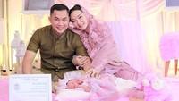 <p>Pasangan ini tak bisa menyembunyikan kebahagiaan atas hadirnya baby Arsila yang belum genap sebulan. (Foto: Instagram @novumaeri)</p>