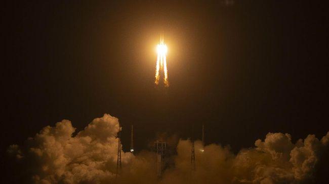Misi pesawat ruang angkasa China, Chang'e 5, berhasil mendarat di Bulan untuk memungut sampel batuan dan debu.