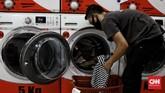 Pengusaha laundry 'kebanjiran' konsumen di tengah musim hujan. Salah satu laundry mengklaim pemasukan naik 20 persen sepanjang musim hujan.