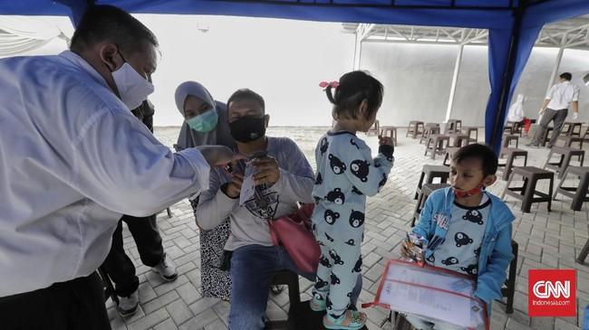 Pemerintah Provinsi DKI Jakarta menyalurkan Kartu Jakarta Pintar (KJP) tahap II untuk masyarakat tidak mampu.
