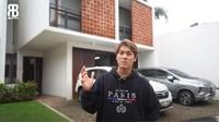 <p>Rizky Billar baru-baru ini memamerkan rumah barunya melalui sebuah video yang diunggah di kanal YouTubenya, Bunda.(Foto: Youtube Rizky Billar)</p>