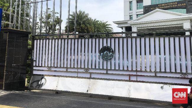 Lima petugas dari KPK yang hendak memasuki Gedung KKP sempat tertahan petugas keamanan meski setelah adu mulut dan negosiasi, kemudian diperbolehkan masuk.