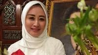 <p>Sejak penangkapannya bersama sang suami, Instagram Iis Rosita dibanjiri komentar dari netizen. Beberapa di antaranya mengaku tak percaya, Bunda. (Foto: Instagram @iisedhyprabowo)</p>