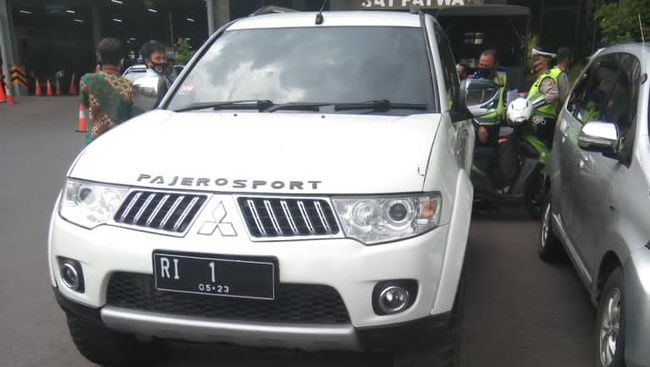 Sebuah mobil dengan pelat nomor polisi RI-1 menerobos Mabes Polri kemarin. Pelat nomor itu palsu, polisi kini tengah menyelidiki kasus tersebut.