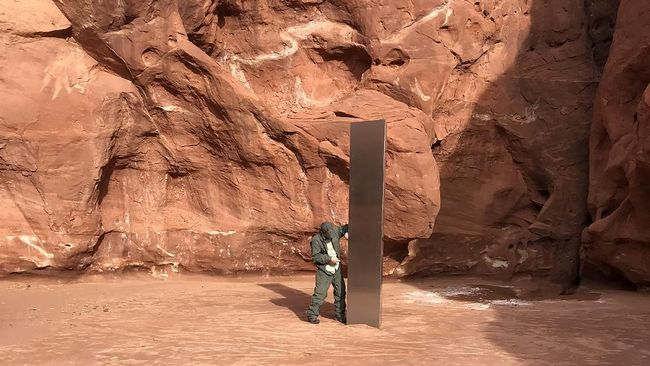 Struktur misterius berbentuk seperti tonggak logam ditemukan di sebuah gurun di Utah, Amerika Serikat.