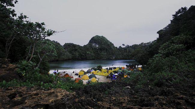Berikut sejumlah objek wisata bahari berupa pantai yang berada di kawasan Malang.