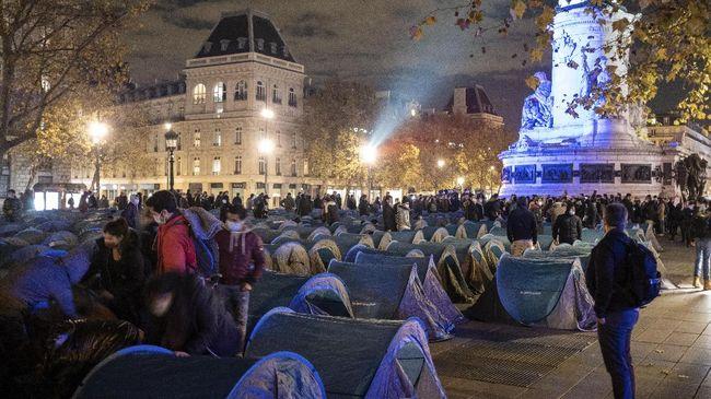 Aksi polisi Paris, Prancis, yang mengusir migran dari tenda di kamp Place de la Republique menuai kecaman dari aktivis dan publik.