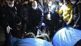 Publik dan aktivis Prancis mengecam tindakan polisi yang mengusir migran dari tenda di kamp Place de la Republique pada Selasa (24/11) setelah viral dimedsos.