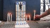 Masyarakat Argentina meluapkan duka ke jalanan menyusul kematian legenda sepak bola Diego Maradona, Rabu (25/11).