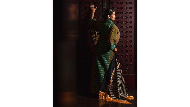 Terancam punah tanpa regenerasi dan perhatian, Didiet Maulana menggandeng penenun tenun Tanimbar untuk menyatu dalam romansa Tanimbar.