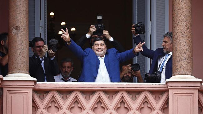 Legenda sepak bola dunia Diego Maradona meninggal dunia di usia 60 tahun. Berikut kronologi pemilik gol