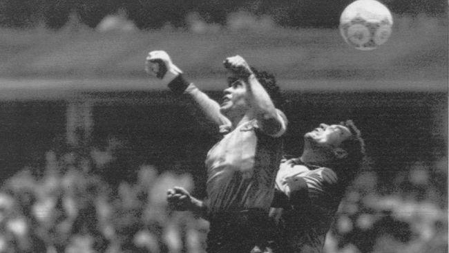 Diego Maradona dikenal bukan hanya sebagai pemain terbaik dalam sejarah, tetapi juga gol 'Tangan Tuhan' yang terjadi di Piala Dunia 1986.