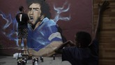 Penggemar sepak bola di berbagai dunia ikut berduka menyusul kematian legenda Argentina Diego Maradona.