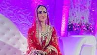 <p>Sana Khan terlihat cantik mengenakan gaun dan kain sari berwarna merah dengan corak emas yang elegan, baju khas pengantin India. (Foto: Instagram @sanakhaan21)</p>