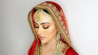 <p>Perhiasan seperti gelang, kalung, dan anting tak lupa dipasang di tubuh Sana Khan. (Foto: Instagram @sanakhaan21)</p>