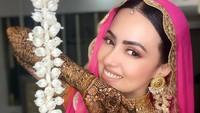 <p>Tak lupa, seperti pengantin India pada umumnya, tangan Sana Khan dilukis dengan mahendi alias hena. (Foto: Instagram @sanakhaan21)</p>