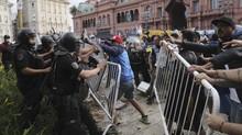 Berebut Lihat Peti Mati Maradona, Fan Ricuh dengan Polisi