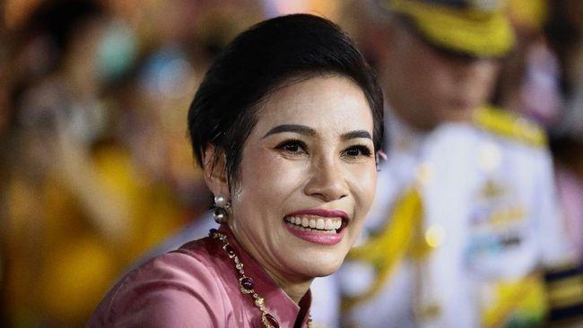 Sineenat Wongvajirapakdil menjadi sorotan sejak dinobatkan sebagai Selir Raja pada tahun lalu hingga serangkaian kontroversi, termasuk bocornya foto syur.