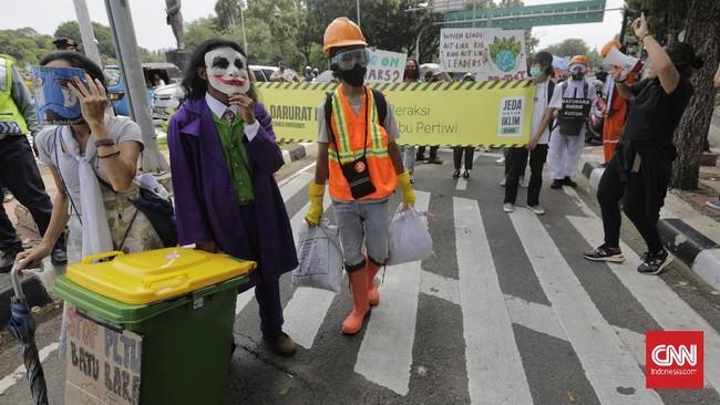 Sejumlah aktivis yang tergabung dalam Jeda Untuk Iklim melakukan aksi unjuk rasa terkait perlindungan iklim di depan Balai Kota Jakarta, Jumat (27/11).