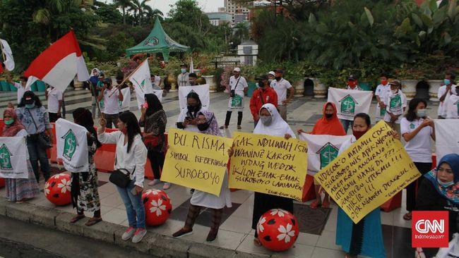 Puluhan emak-emak menggelar aksi dukungan terhadap Walkot Surabaya Tri Rismaharini usai beredar video 'hancurkan Risma' di media sosial.