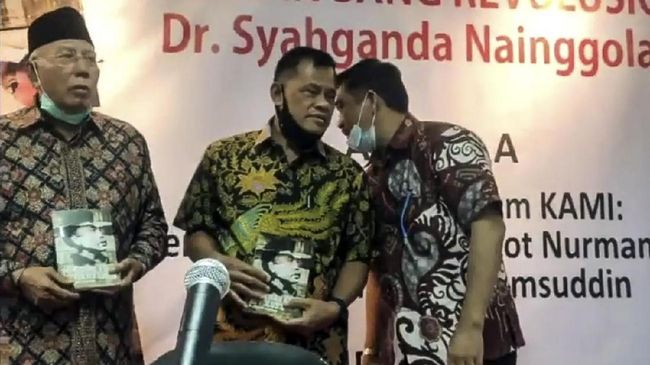 Para petinggi dan anggota KAMI tidak menjaga jarak dan ada yang tidak memakai masker dalam acara peluncuran buku karya Syahganda Nainggolan.