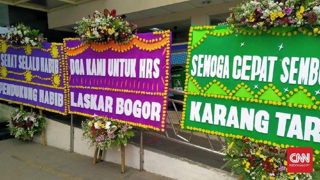 Karangan bunga membanjiri lobi hingga lorong jalan menuju area parkir RS Ummi, Bogor, bertuliskan ucapan doa dan semangat agar Rizieq Shihab lekas sembuh.