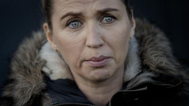 PM Denmark Mette Frederiksen sambil menyeka air mata meminta maaf secara pribadi atas pemusnahan jutaan cerpelai di peternakan.