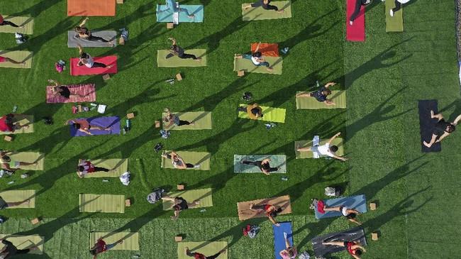 Yoga di Dubai, protes mahasiswa Hong Kong hingga badut yang mengenakan APD covid-19 di Yerussalem menjadi foto pilihan CNNIndonesia.com pekan ini.