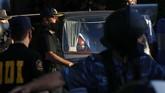 Pemakaman Diego Maradona diwarnai emosi fan dan tangis anggota keluarga legenda timnas Argentina tersebut.