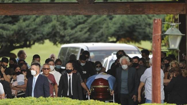 FOTO: Emosi dan Tangis di Pemakaman Maradona