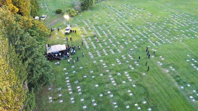 Ratusan fan sempat memblokade jalur masuk ke Pemakaman Jardin Bella Vista sebelum mobil jenazah Diego Maradona datang.